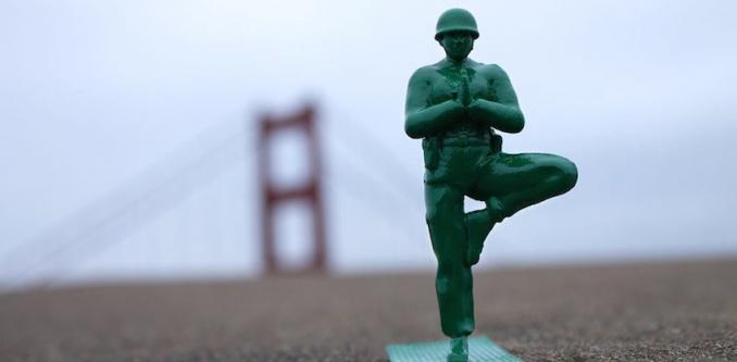 Oorlogje spelen met Yoga-soldaatjes maakt kinderen zen