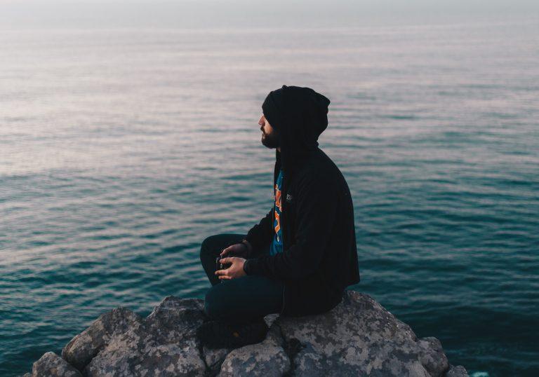 Waarom mediteren niet per se om 6 uur 's ochtends in lotushouding hoeft