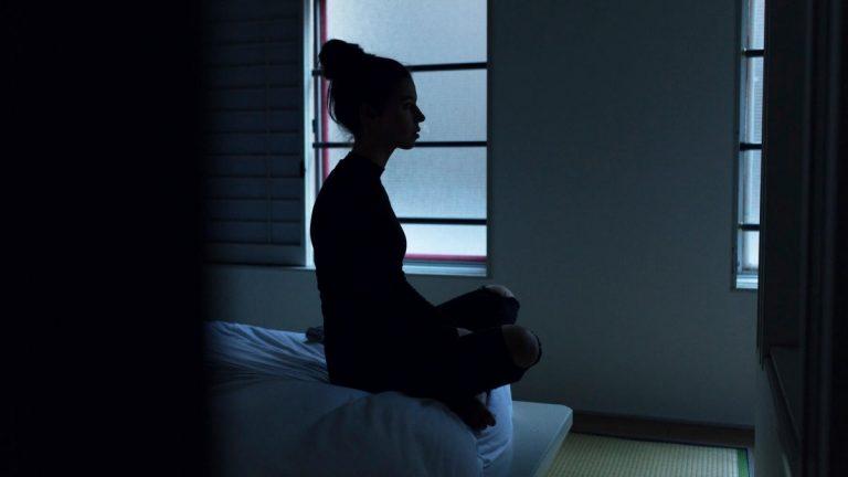 10 gedachten die door je hoofd gaan als je probeert te mediteren (en hoe je ze tackelt)